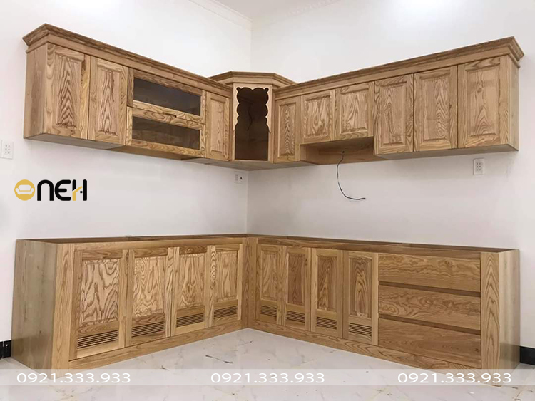 Tủ bếp gỗ tự nhiên có các đường vân gỗ là điểm nhấn