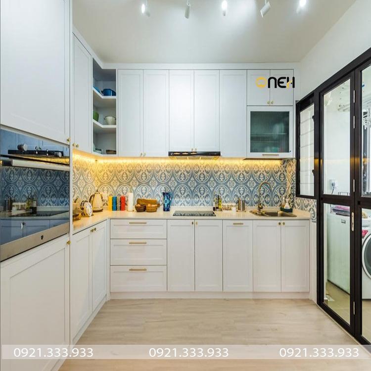Tủ bếp gỗ tự nhiên có thiết kế kích trần tận dụng không gian bếp