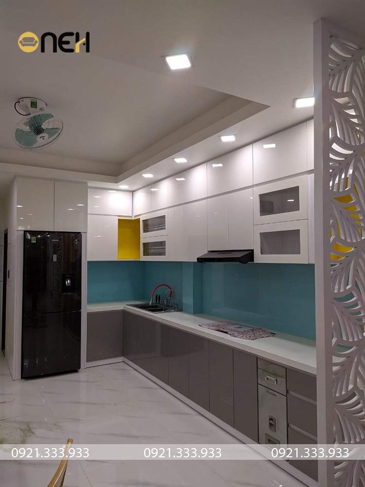 Tủ bếp acryli màu ghi thiết kế kết hợp nhiều màu sắc hiện đại