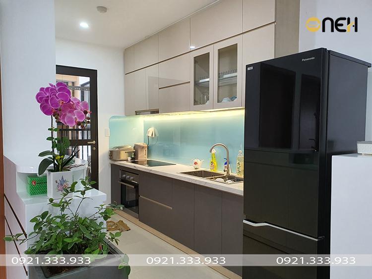 Tủ bếp acrylic màu ghi thiết kế nhỏ gọn phù hợp nhiều không gian