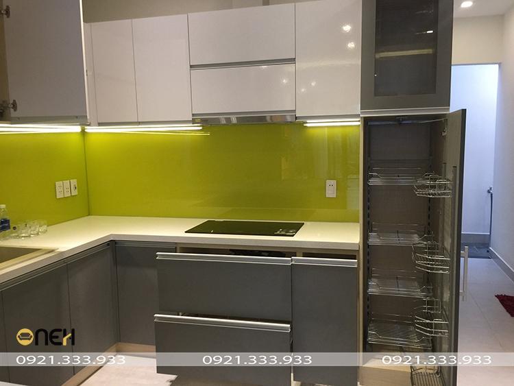 Tủ bếp acrylic màu ghi kết hợp trắng thiết kế tích hợp nhiều phụ kiện thông minh