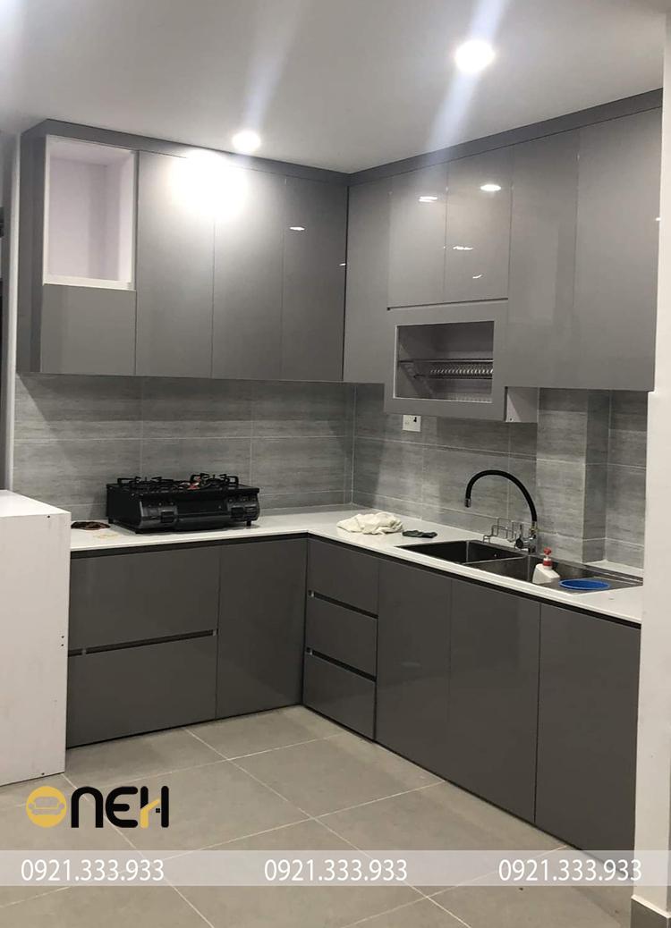 Kết cấu tủ bếp acrylic màu ghi nhiều ngăn, tiện ích