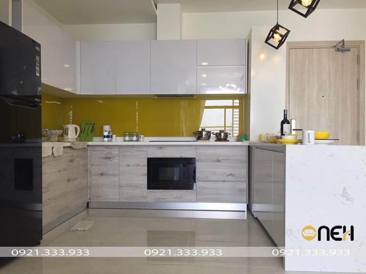 Thiết kế tủ bếp acrylic màu trắng kết hợp nhiều màu sắc khác nhau, thu hút người nhìn