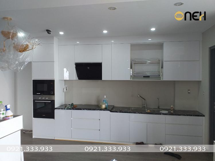 Thiết kế tủ bếp acrylic màu trắng tích hợp nhiều phụ kiện thông minh