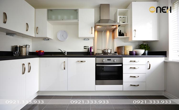 Tủ bếp gỗ sồi chung cư thiết kế nhỏ gọn, hiện đại