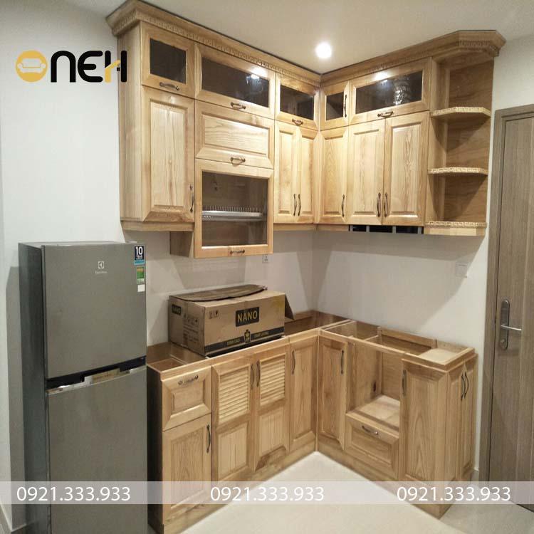 Thiết kế tủ bếp gỗ Ngồi Nga hiện đại nhỏ gọn, vân gỗ sắc nét