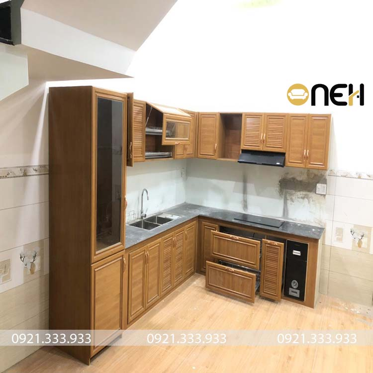 Tủ bếp gỗ sồi Nga đẹp thiết kế tích hợp nhiều phụ kiện thông minh, tiện ích