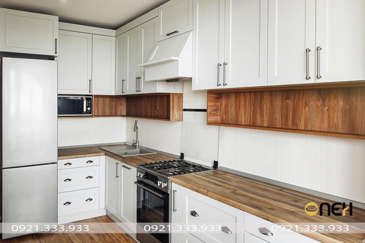 Thiết kế tủ bếp gỗ sồi sớn trắng sang trọng không kém phần ấm áp