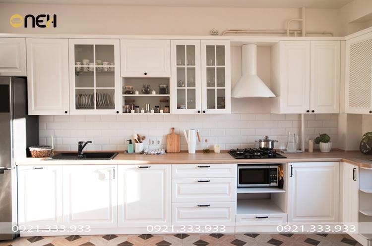 Mẫu tủ bếp thiết kế chữ L, gam màu trắng tinh tế giúp không gian trông rộng rãi