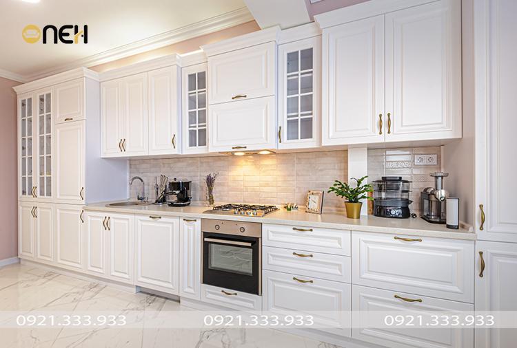 Thiết kế tủ bếp gỗ sồi sơn trắng với đường nét thiết kế đơn giản, tinh tế