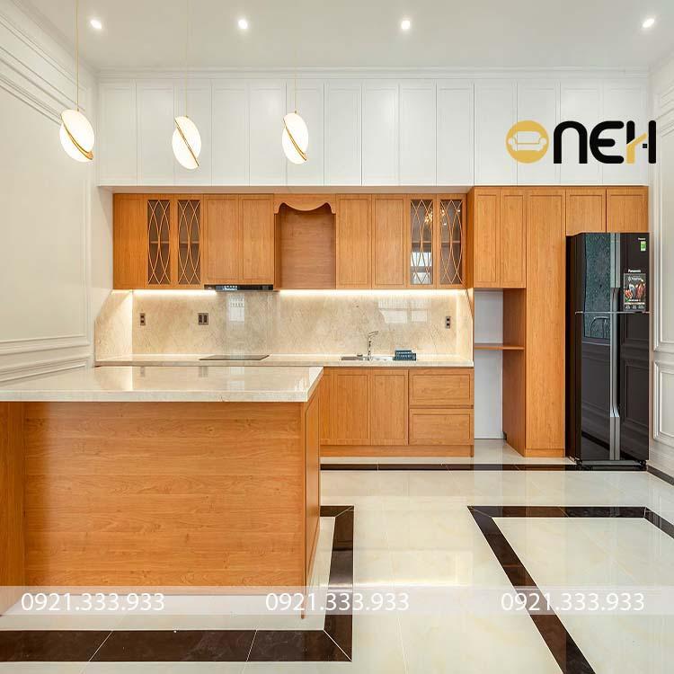 Tủ bếp gỗ tự nhiên có nhiều tông màu nổi bật