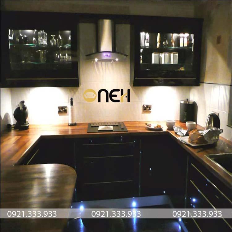 Tủ bếp gỗ gỗ có khung hút mùi không cánh tủ che