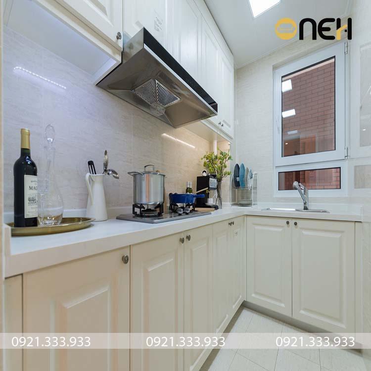 Cánh tủ bếp gỗ tự nhiên được phun lớp phủ acrylic màu trắng