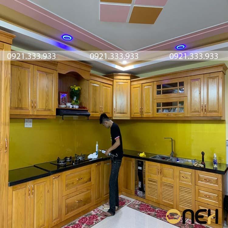 Cánh tủ bếp được làm bằng gỗ sồi màu gỗ sáng sang trọng