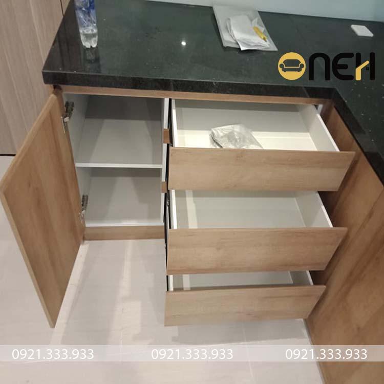 Cánh tủ bếp được làm bằng gỗ MDF chống ẩm vân gỗ