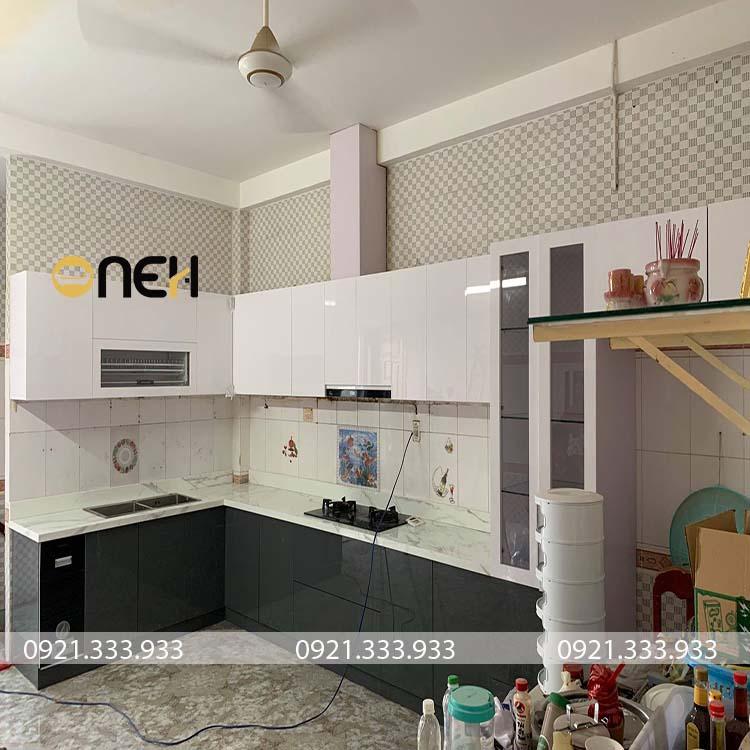 Cánh tủ bếp được làm bằng gỗ MDF phủ acrylic bóng gương
