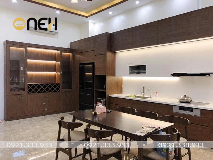 Tủ bếp tân cổ điển tích hợp đầy đủ vật dụng nội thất thông minh, đảm bảo sự tiện nghi