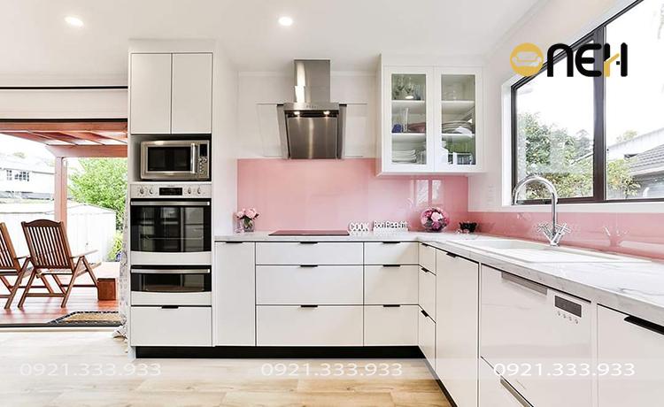 Tủ bếp được bố trí theo không gian mở cạnh cửa sổ mang đến cảm giác thoải mái, dễ chịu