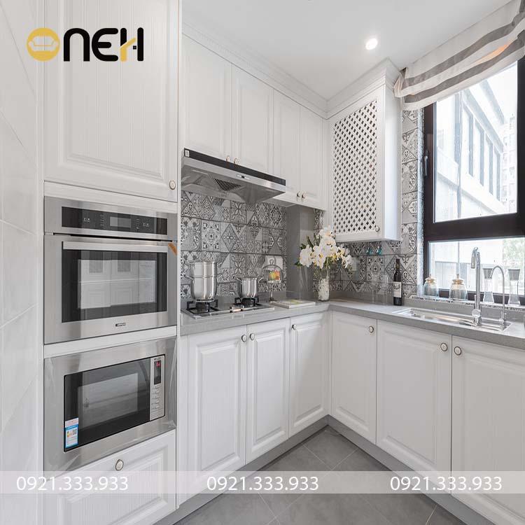 Tủ bếp tân cổ điển gam màu trắng dễ phối hợp hài hòa với vật dụng nội thất khác