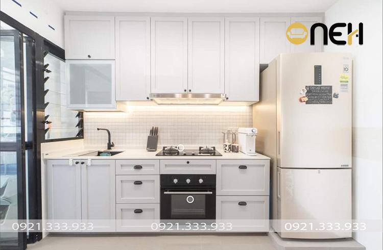 Thiết kế tủ bếp tân cổ điển kết hợp hài hòa giữa kiểu dáng chữ I và màu trắng kem tinh tế