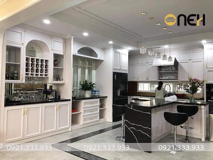 Tủ bếp được thiết kế không gian mở tone trắng chủ đạo kết hợp đen, tạo được điểm nhấn