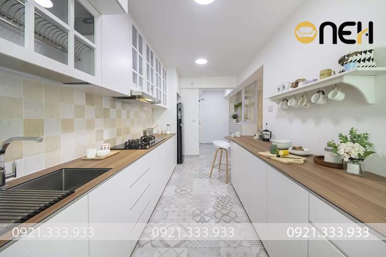 Tủ bếp tân cổ điển thiết kế theo kiểu song song cho gian bếp hẹp chiều dài