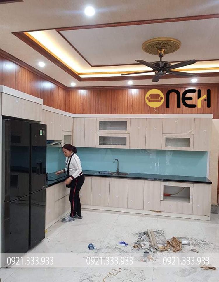 Tủ bếp Acrylic thiết kế bề mặt trơn bóng, nhẵn mịn đẹp mắt