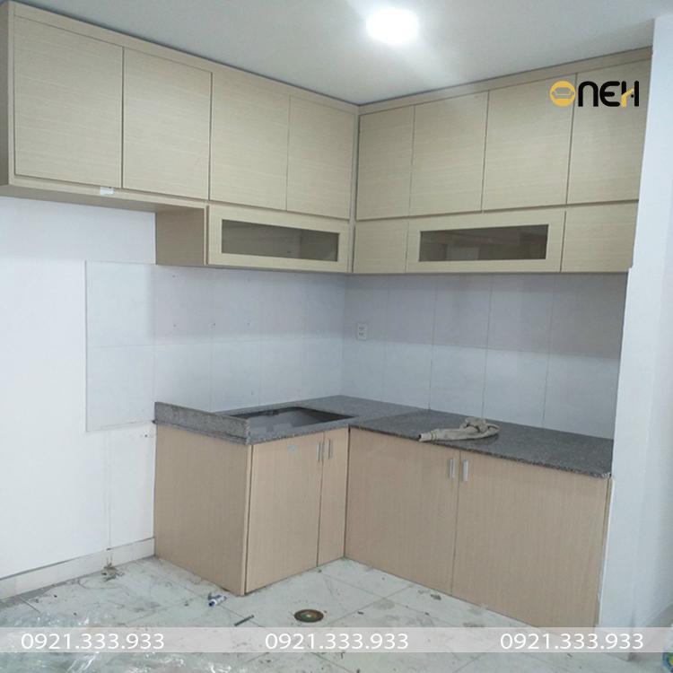 Tủ bếp gỗ công nghiệp MDF melamine có màu vân gỗ trắng ngà đẹp mắt