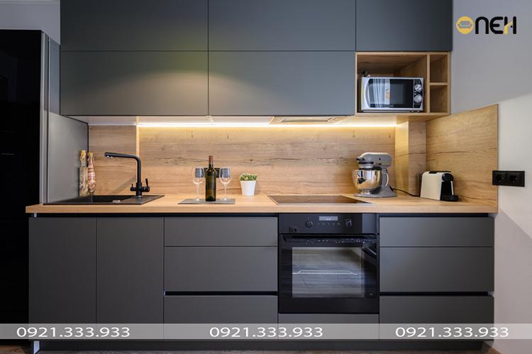 Tủ bếp chữ I thiết kế kết hợp gam màu tối và vân gỗ mang đến vẻ đẹp hiện đại