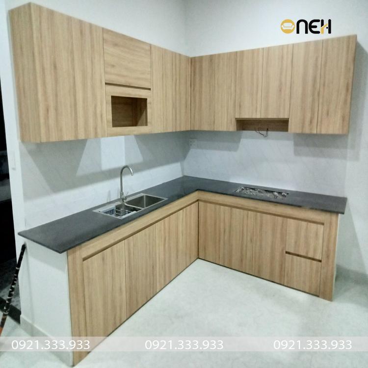 Tủ bếp có màu vân gỗ phù hợp với màu sơn tường