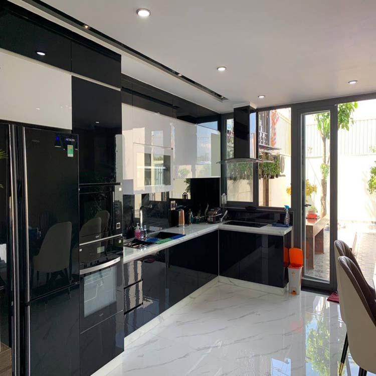 Tủ bếp có màu chủ đạo là màu đen sáng, chất liệu chính được sử dụng là gỗ MDF chống ẩm