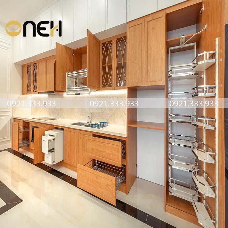 Tủ bếp được làm bằng gỗ sồi Mỹ, có màu gỗ đậm và sáng