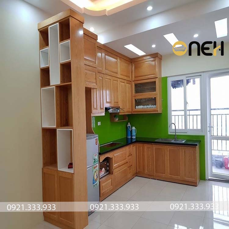 Tủ bếp gỗ tự nhiên chữ L màu vân gỗ sáng nổi bật
