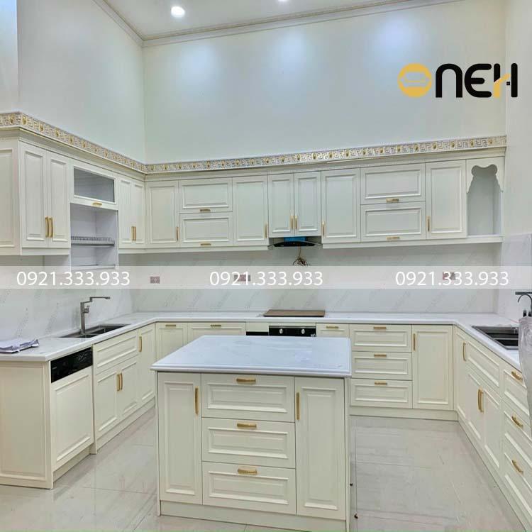 Tủ bếp chữ U màu trắng mang phong cách tân cổ hiển