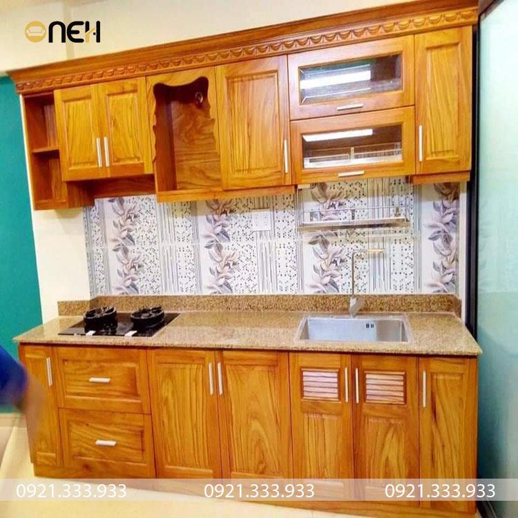 Tủ bếp chữ I bằng gỗ tự nhiên có màu sắc vân gỗ vàng đẹp mắt