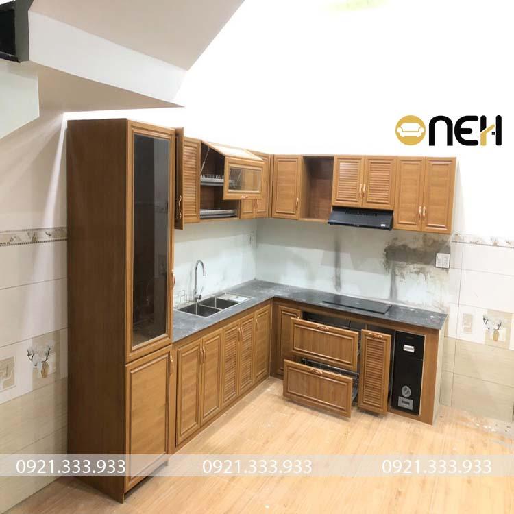 Tủ bếp gỗ xoan đào có thiết kế đơn giản không nhiều các họa tiết
