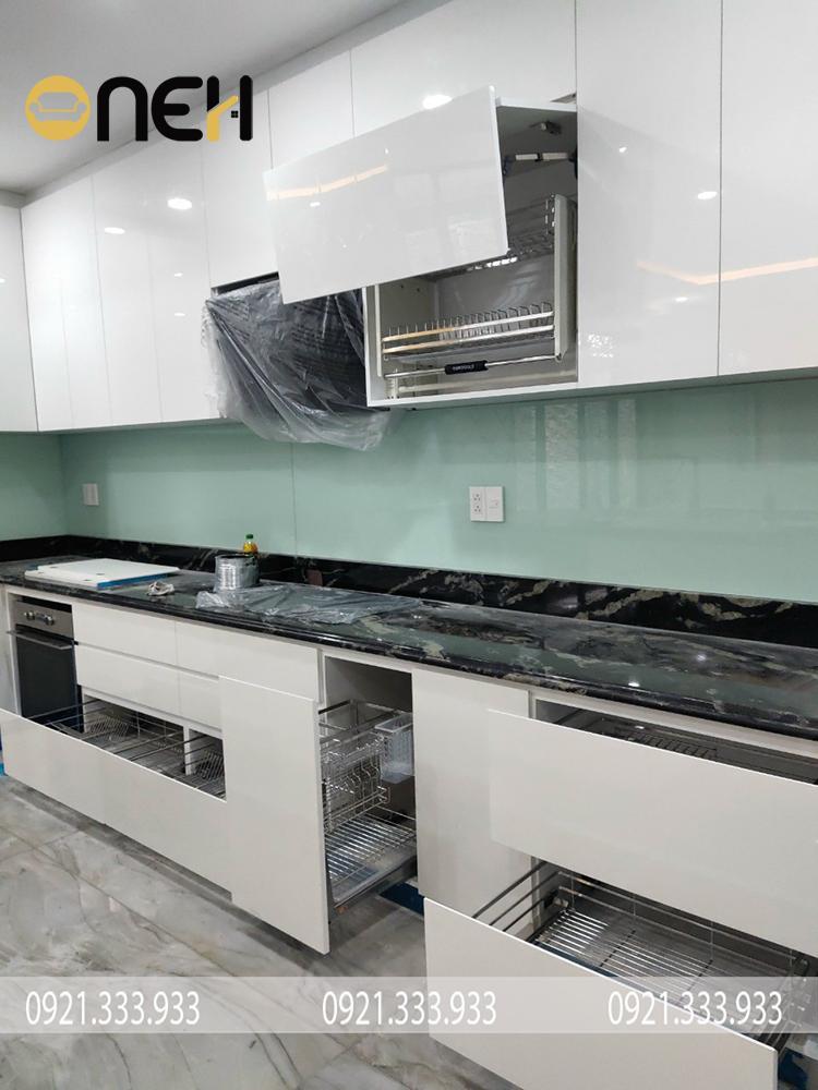 Tủ bếp thiết kế cánh tủ nâng hạ tích hợp kệ đưng bát đĩa