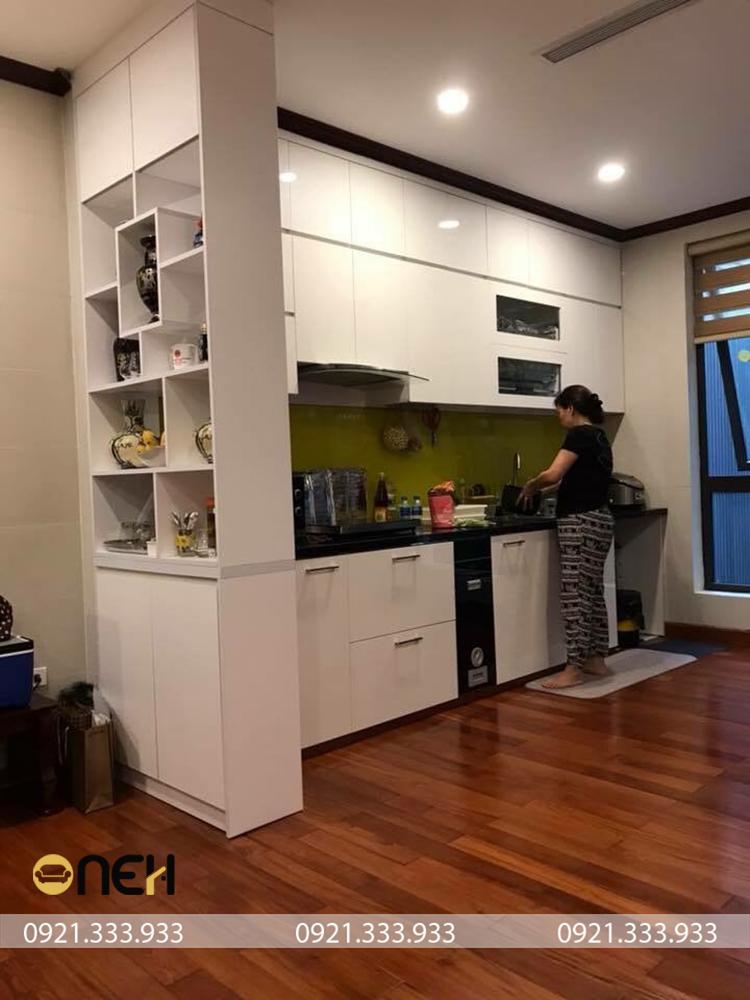 tủ bếp gỗ cao su chữ I hiện đại với đường nét thiết kế đơn giản