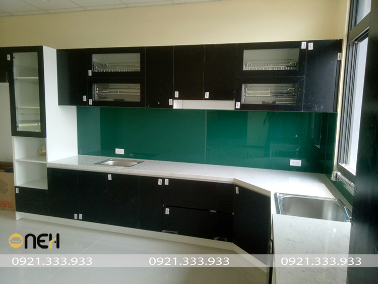 Hệ tủ bếp chữ L gỗ cao su chống ẩm, thiết kế tận dụng góc chết không gian