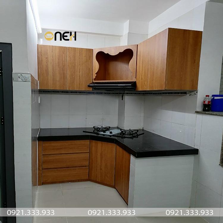 Tủ bếp gỗ cao su thiết kế đáp ứng nhu cấu sử dụng