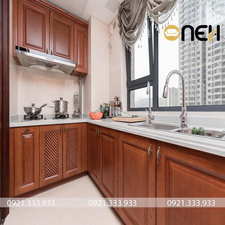 Tủ bếp gỗ tự  nhiên được thiết kế theo phong cách tân cổ điển cho nhà chung cư