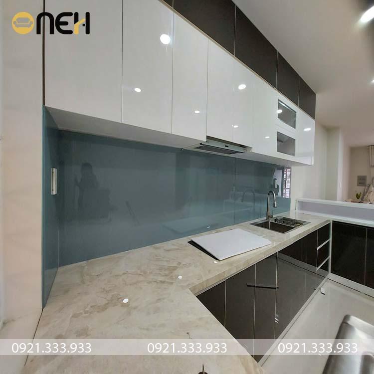 Tủ bếp gỗ Acryic có độ bóng gương và phản chiếu ánh sáng tốt
