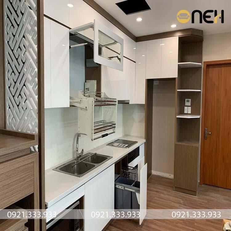 Tủ bếp gỗ công nghiệp có thiết kế hiện đại, lắp phụ kiện thông minh