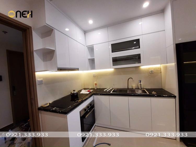Mẫu 5: tủ bếp gỗ MDF acrylic có khả năng phản chiếu ánh sáng đèn
