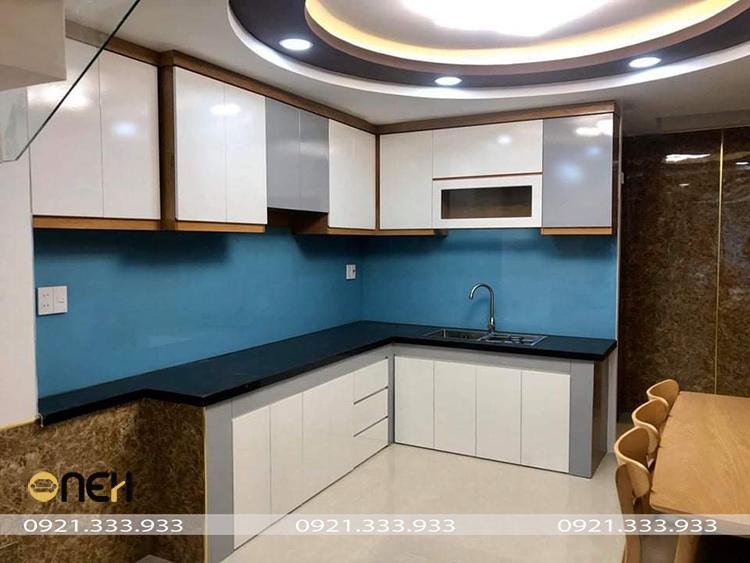 Mẫu 2: Tủ bếp gỗ MFC phủ acrylic màu trắng nổi bật