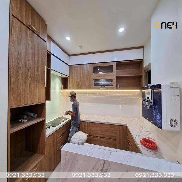 Tủ bếp bằng gỗ MDF màu vân gỗ thiết kế kich trần kết hợp quầy bar