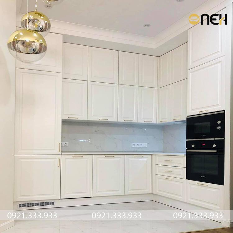 Tủ bếp gỗ tự nhiên được sơn màu trắng thiết kế theo phong cách hiện đại