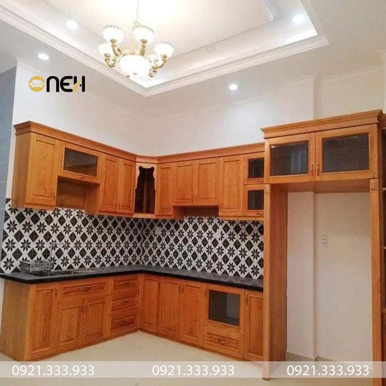 Tủ bếp gỗ tự nhiên chữ L có thiết kế hiện đại