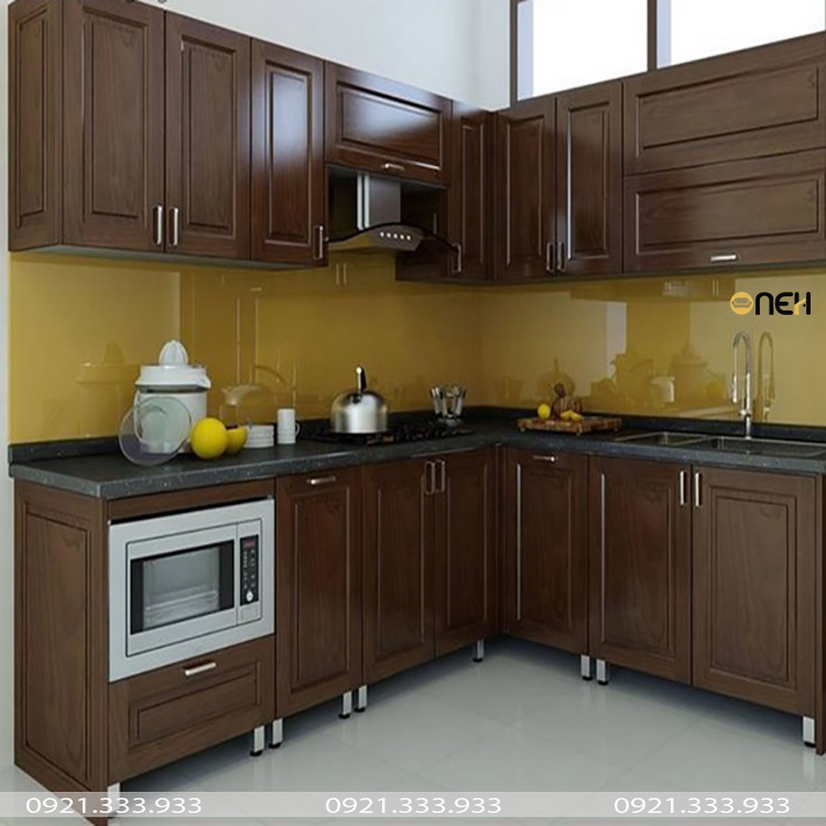 Tủ bếp thùng inox cánh bằng gỗ tự nhiên có màu gỗ đẹp, sang trọng