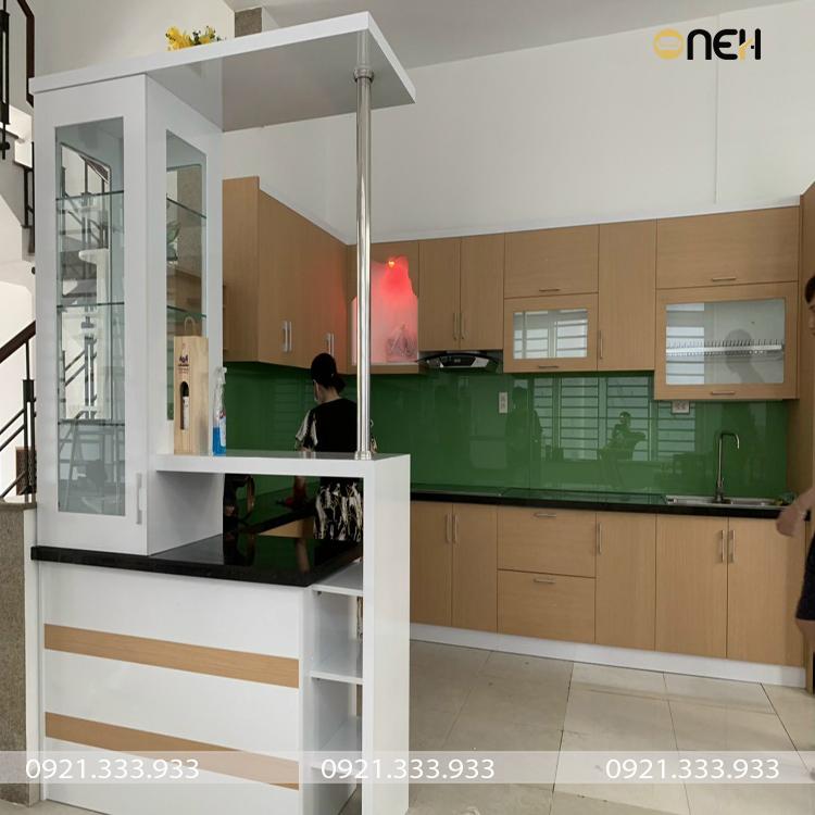 Tủ bếp được thiết kế kết hợp quầy bar sang trọng